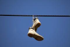 κρεμώντας παπούτσια Στοκ εικόνα με δικαίωμα ελεύθερης χρήσης