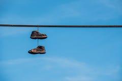 κρεμώντας παπούτσια Στοκ εικόνες με δικαίωμα ελεύθερης χρήσης
