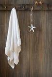 Κρεμώντας πετσέτα Στοκ εικόνες με δικαίωμα ελεύθερης χρήσης