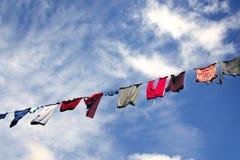 Κρεμώντας πλυντήριο ενάντια στον όμορφο ουρανό Στοκ φωτογραφία με δικαίωμα ελεύθερης χρήσης
