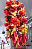 Κρεμώντας σειρά των μικτών ζωηρόχρωμων πιπεριών τσίλι για την πώληση Sineu στην αγορά, Majorca Στοκ φωτογραφία με δικαίωμα ελεύθερης χρήσης