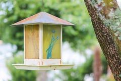 Κρεμώντας σπίτι πουλιών Στοκ φωτογραφία με δικαίωμα ελεύθερης χρήσης