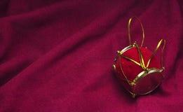 Κρεμώντας τύμπανο Χριστουγέννων πτυχές του κόκκινου υποβάθρου υφάσματος Στοκ φωτογραφία με δικαίωμα ελεύθερης χρήσης