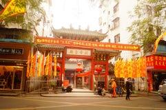 Κρεμώντας φανάρια ναών Pak Tai Xixiang και ζωηρόχρωμες σημαίες, έτοιμα να πραγματοποιήσουν τον εορτασμό Στοκ φωτογραφία με δικαίωμα ελεύθερης χρήσης