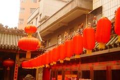 Κρεμώντας φανάρια ναών Pak Tai Xixiang και ζωηρόχρωμες σημαίες, έτοιμα να πραγματοποιήσουν τον εορτασμό Στοκ Εικόνες