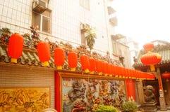 Κρεμώντας φανάρια ναών Pak Tai Xixiang και ζωηρόχρωμες σημαίες, έτοιμα να πραγματοποιήσουν τον εορτασμό Στοκ Φωτογραφία