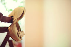 Κρεμώντας χρυσά παπούτσια Στοκ φωτογραφία με δικαίωμα ελεύθερης χρήσης