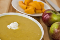 Κρεμώδεις κολοκύνθη butternut και σούπα μήλων Στοκ εικόνα με δικαίωμα ελεύθερης χρήσης