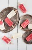 Κρεμώδης και φράουλα popsicles στοκ εικόνα