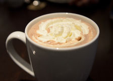 Κρεμώδης καυτή σοκολάτα τη νύχτα Στοκ εικόνες με δικαίωμα ελεύθερης χρήσης
