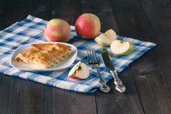 Κρεμώδης πίτα της Apple στο ξύλινο υπόβαθρο Στοκ φωτογραφίες με δικαίωμα ελεύθερης χρήσης