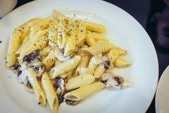 Κρεμώδης σάλτσα μανιταριών της Penne Στοκ εικόνες με δικαίωμα ελεύθερης χρήσης