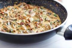 Κρεμώδη μακαρόνια μανιταριών - μεσημεριανό γεύμα/γεύμα στοκ εικόνα