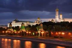 Κρεμλίνο κάτω από το λυκόφως σύννεφων την άνοιξη - Μόσχα Κρεμλίνο Στοκ Εικόνα