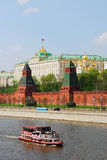 Κρεμλίνο Μόσχα Εκλεκτής ποιότητας πανιά σκαφών ύφους στον ποταμό της Μόσχας Στοκ φωτογραφία με δικαίωμα ελεύθερης χρήσης