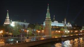 Κρεμλίνο Μόσχα δεμένη όψη σκαφών λιμένων νύχτας απόθεμα βίντεο
