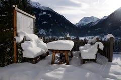 Κρησφύγετο πάγκων και πινάκων με το χιόνι Στοκ Φωτογραφίες