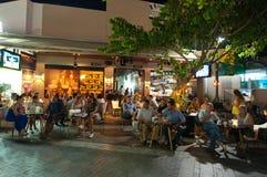 ΚΡΗΤΗ, ΗΡΑΚΛΕΙΟ 24 ΙΟΥΛΊΟΥ: Άνθρωποι στο τοπικό εστιατόριο στο τετράγωνο τον Ιούλιο 24.2014 λιονταριών στο νησί Cete, Ελλάδα Στοκ Φωτογραφίες