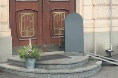 Κρητιδικό σημάδι πεζοδρομίων σε ένα μέρος κοντά στις αρχαίες ξύλινες πόρτες Στοκ εικόνες με δικαίωμα ελεύθερης χρήσης