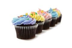 Κρητιδογραφία cupcakes σε μια άσπρη ανασκόπηση στοκ φωτογραφίες