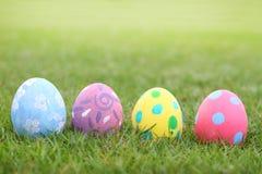 Κρητιδογραφία αυγών στο υπόβαθρο χλόης στην ημέρα εστέρα στοκ εικόνα