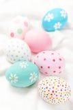 Κρητιδογραφία και ζωηρόχρωμα αυγά Πάσχας με το copyspace Πάσχα ευτυχές Στοκ Εικόνα