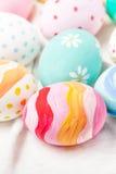 Κρητιδογραφία και ζωηρόχρωμα αυγά Πάσχας με το copyspace Πάσχα ευτυχές Στοκ Φωτογραφία