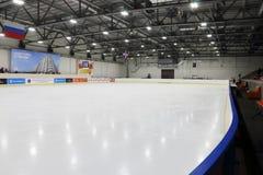 Κριτική επιτροπή, θεατές, κενή αίθουσα παγοδρομίας πάγου Στοκ Φωτογραφίες