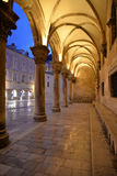 Κροατία dubrovnik Άποψη νύχτας, σκεπαστή είσοδος πρόσοψης Δημαρχείων στοκ εικόνα