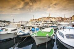 Κροατική ακτή - βάρκες και ιστορική πόλη Στοκ Φωτογραφίες