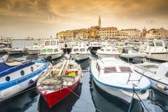 Κροατική ακτή - βάρκες και ιστορική πόλη Στοκ εικόνες με δικαίωμα ελεύθερης χρήσης