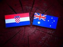 Κροατική σημαία με την αυστραλιανή σημαία σε ένα κολόβωμα δέντρων που απομονώνεται Στοκ Εικόνα