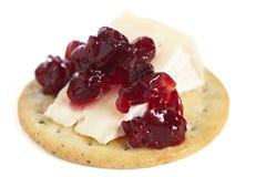 Κροτίδα με τη μαρμελάδα τυριών και των βακκίνιων Στοκ φωτογραφία με δικαίωμα ελεύθερης χρήσης