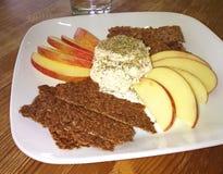 Κροτίδες σπόρου λιναριού, μήλα και τυρί καρυδιών Στοκ φωτογραφία με δικαίωμα ελεύθερης χρήσης