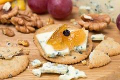 Κροτίδες με τη μαρμελάδα μπλε τυριών και μήλων, τα καρύδια και τα σταφύλια Στοκ εικόνα με δικαίωμα ελεύθερης χρήσης