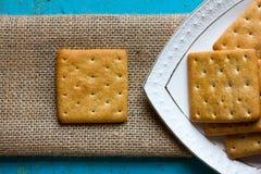 Κροτίδες μπισκότων σε ένα άσπρα πιατάκι και matting Στοκ εικόνα με δικαίωμα ελεύθερης χρήσης
