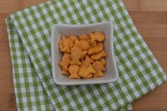 Κροτίδες Goldfish στο κύπελλο Στοκ φωτογραφία με δικαίωμα ελεύθερης χρήσης