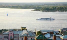 Κρουαζιέρα βραδιού βαρκών στον ποταμό Nizhny Novgorod Ρωσία του Βόλγα Στοκ εικόνα με δικαίωμα ελεύθερης χρήσης