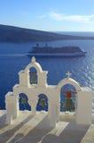Κρουαζιέρα και πύργος κουδουνιών Oia, Santorini Στοκ εικόνες με δικαίωμα ελεύθερης χρήσης