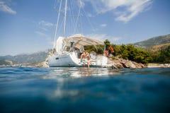 Κρουαζιέρα πολυτέλειας ναυσιπλοΐας μήνα του μέλιτος γιοτ ζεύγους Στοκ εικόνα με δικαίωμα ελεύθερης χρήσης