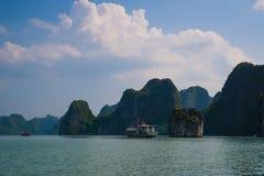 Κρουαζιέρα τουριστών στο μακρύ κόλπο εκταρίου, Βιετνάμ Στοκ Εικόνα