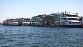 Κρουαζιερόπλοια της Αιγύπτου - του Νείλου που βλέπουν από την ακτή στοκ φωτογραφία με δικαίωμα ελεύθερης χρήσης
