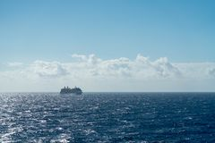 Κρουαζιερόπλοιο έξω εν πλω στοκ εικόνες