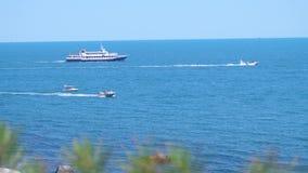 Κρουαζιερόπλοιο, γιοτ και καταμαράν που κινούνται μέσω της μπλε θάλασσας στην ηλιόλουστη ημέρα κίνηση αργή 3840x2160 απόθεμα βίντεο