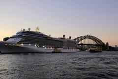 Κρουαζιερόπλοιο και πορθμείο στην κυκλική αποβάθρα, και λιμενική γέφυρα του Σίδνεϊ, στο σούρουπο, Αυστραλία Στοκ Εικόνες