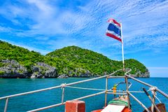 Κρουαζιερόπλοιο με τον τίτλο εθνικών σημαιών της Ταϊλάνδης στο εθνικό θαλάσσιο πάρκο νησιών Angthong κοντά στο νησί Samui μέσω πο Στοκ φωτογραφία με δικαίωμα ελεύθερης χρήσης