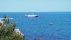 Κρουαζιερόπλοιο που κινείται μέσω της μπλε θάλασσας στην ηλιόλουστη ημέρα κίνηση αργή 3840x2160 φιλμ μικρού μήκους