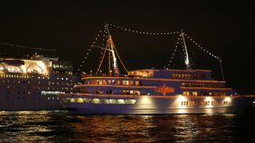 Κρουαζιερόπλοιο που πλέει από το λιμένα του Kobe τη νύχτα απόθεμα βίντεο