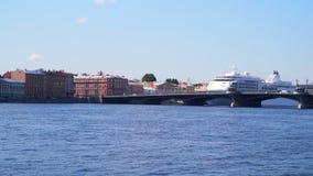 Κρουαζιερόπλοιο στις τράπεζες του Neva φιλμ μικρού μήκους