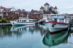 Κρουαζιερόπλοιο στο κανάλι του Annecy, Γαλλία Στοκ Φωτογραφία